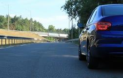 As luzes traseiras do carro azul estão prontas para conduzir na estrada Fotografia de Stock