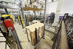 As máquinas embalaram frascos de leite pelo cartão Imagens de Stock