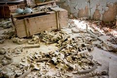 As máscaras de gás colocam no assoalho em Pripyat, zona de exclusão de Chernobyl Fotografia de Stock Royalty Free