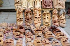 As máscaras de madeira engraçadas e amedrontando venderam no mercado da Páscoa em Vilnius Imagem de Stock