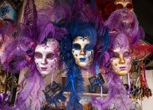 As máscaras do carnaval de Veneza fecham-se acima, máscaras de Veneza para a venda no mercado, Veneza Venezia Itália imagem de stock