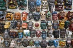 As máscaras indicam em uma parede foto de stock