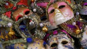 As máscaras tradicionais do carnaval de Veneza fecham-se acima vídeos de arquivo