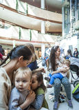As mães amamentam suas crianças em público Foto de Stock Royalty Free
