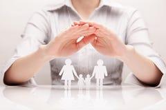 As mãos abraçam a família (o conceito) Imagens de Stock Royalty Free