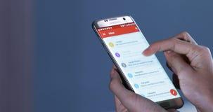 As mãos abrem o email no smartphone video estoque