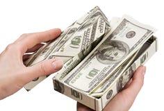 As mãos abrem uma caixa com dinheiro Foto de Stock Royalty Free