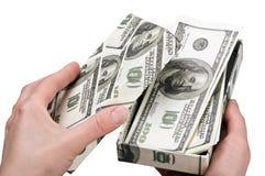 As mãos abrem uma caixa com dinheiro Imagens de Stock