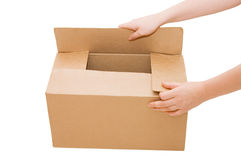 As mãos abrem uma caixa de cartão isolada Fotografia de Stock Royalty Free