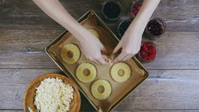 As mãos apresentam o coalho em fatias de abacaxi video estoque