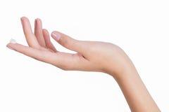 As mãos asiáticas da mulher da beleza aplicam a loção e o creme em sua mão Fotos de Stock Royalty Free