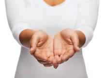 As mãos colocadas da mulher que mostram algo fotos de stock