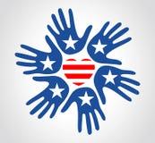 As mãos com teste padrão da bandeira dos E.U. star o Dia da Independência do coração das listras Fotografia de Stock Royalty Free