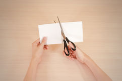 As mãos cortaram o Livro Branco com tesouras fotografia de stock royalty free