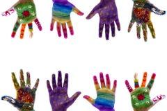 As mãos da criança pintaram a aquarela no fundo branco Imagens de Stock Royalty Free
