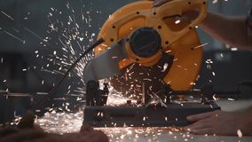 As mãos da máquina de moedura angular do mecânico na ação, faíscas da opinião do close-up voam distante vídeos de arquivo