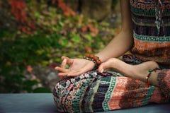 As mãos da meditação da ioga da prática da mulher no mudra gesticulam a OU do close up fotos de stock royalty free