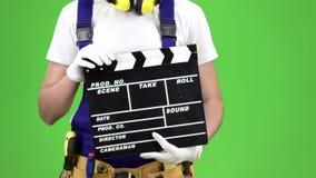As mãos da menina do construtor mantêm o biscoito Tela verde Fim acima Movimento lento video estoque