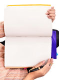 As mãos da mulher abrem o livro isolado no branco Foto de Stock