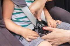As mãos da mulher caucasiano estão prendendo o bel da segurança Fotos de Stock Royalty Free