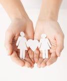 As mãos da mulher com mulheres de papel Fotografia de Stock