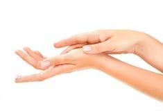 As mãos da mulher desnatam com cuidado Foto de Stock Royalty Free