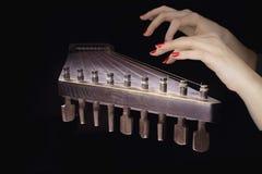 As mãos da mulher em uma cítara fotografia de stock royalty free