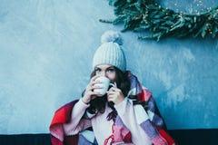 As mãos da mulher guardam uma caneca quente de café foto de stock royalty free