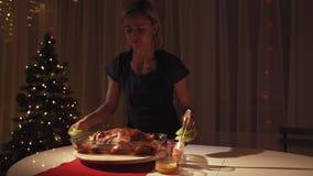 As mãos da mulher que derramam o mel e a mostarda no ganso roasted Ganso roasted com maçãs e laranjas no forno Árvore de Natal vídeos de arquivo