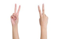 As mãos da mulher que gesticulam a parte dianteira e o verso da vitória do sinal Fotos de Stock Royalty Free