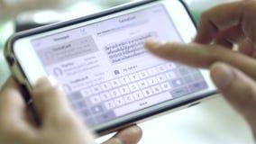 As mãos da mulher que texting no smartphone em casa filme