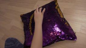 As mãos da palavra da escrita da menina amam no descanso decorativo com tela da lantejoula vídeos de arquivo