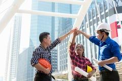As mãos da pilha da equipe do coordenador do arquiteto juntam-se junto Fotos de Stock Royalty Free