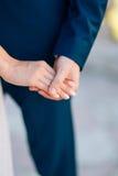 As mãos da posse dos recém-casados Acople as mãos da terra arrendada Casamento em Monte Imagem de Stock Royalty Free
