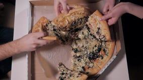 As mãos da vista superior oh trazem e comem a entrega da pizza tarde Trabalho noturno e correio do alimento video estoque