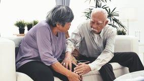 As mãos das avó fazem malha o fio de lãs O ofício é passatempo das mulheres adultas e de ter a dor do joelho vídeos de arquivo