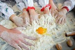 As mãos das crianças amassam a massa Tempo da família Imagens de Stock Royalty Free