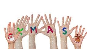 As mãos das crianças aumentaram acima com símbolos pintados do Natal - Santa e rena filme