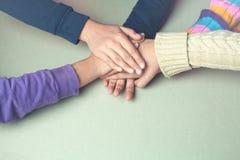As mãos das crianças juntam-se junto na tabela Imagem de Stock