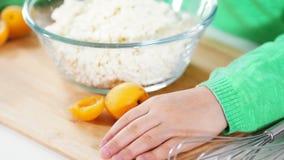 As mãos das crianças na placa de corte preparam-se para cozinhar panquecas do requeijão video estoque