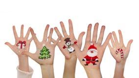 As mãos das crianças que aumentam acima com símbolos pintados do Natal vídeos de arquivo