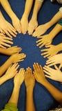 As mãos das crianças têm o divertimento no tapete Fotografia de Stock Royalty Free