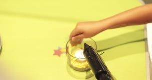 As mãos das meninas são coladas com uma flor quente da colagem no vaso vídeos de arquivo