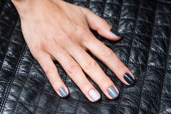 As mãos das mulheres com um tratamento de mãos à moda Foto de Stock