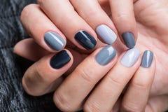 As mãos das mulheres com um tratamento de mãos à moda Imagem de Stock