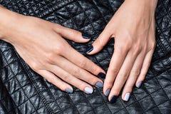 As mãos das mulheres com um tratamento de mãos à moda Fotografia de Stock