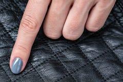 As mãos das mulheres com um tratamento de mãos à moda Fotografia de Stock Royalty Free