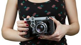As mãos das mulheres com uma câmera retro velha isolada sobre Imagens de Stock Royalty Free