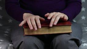 As mãos das mulheres do close-up são nervosas vídeos de arquivo