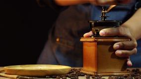 As mãos das mulheres do zumbido da zorra estão moendo feijões de café video estoque